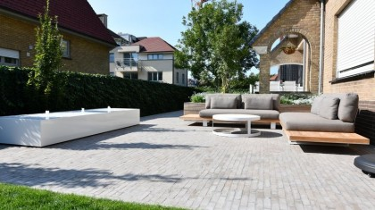 Gezellige eigentijdse tuin met waterelement en tuinverlichting